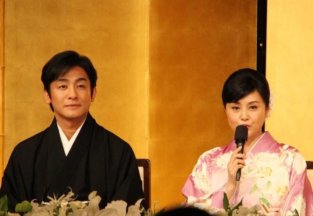 藤原紀香片岡愛之助と結婚。結婚会見は不評。