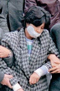 大韓航空機爆発事件犯人金賢姫が逮捕。