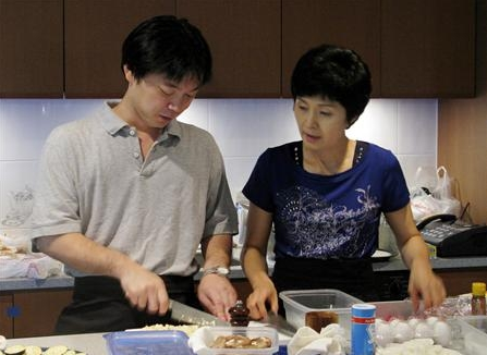 金賢姫、拉致被害者の息子、田口八重子長男と料理。