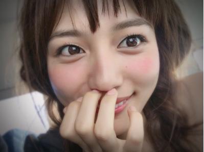 川口春奈整形で顔変わったのを隠すために顔を手で覆う?