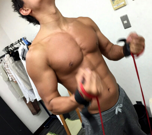 鈴木亮平ブログで筋肉トレーニングを公開。