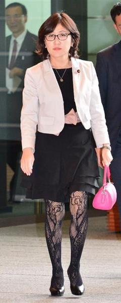 稲田朋美大臣の網タイツ&メガネ姿で国会へ。