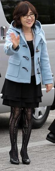 稲田朋美が網タイツを愛用。繊維産業を応援か。
