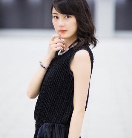 黒いワンピースの生田絵梨花