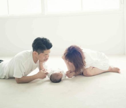 近藤千尋、太田博久と子どもとの3ショット画像