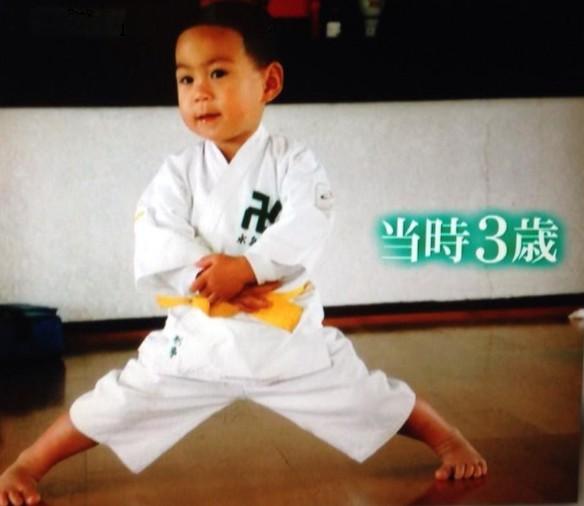 田中刑事の子供時代の画像