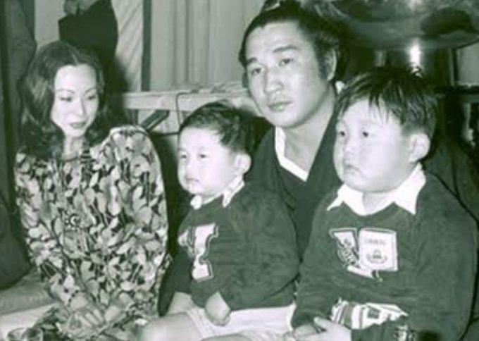 藤田紀子と二子山親方の家族写真