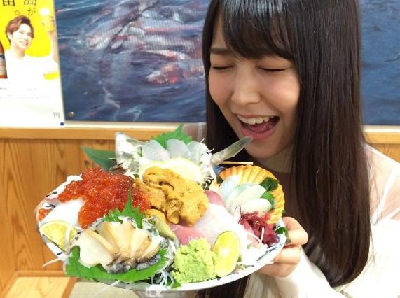 白間美瑠豪華海鮮丼を前に笑顔