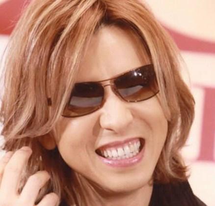 YOSHIKIが笑うと歯茎が目立つ