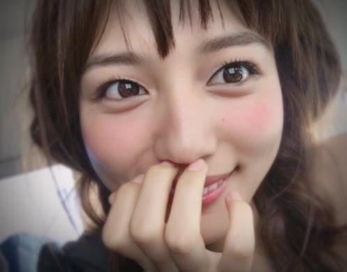川口春奈かわいいのに顔隠す